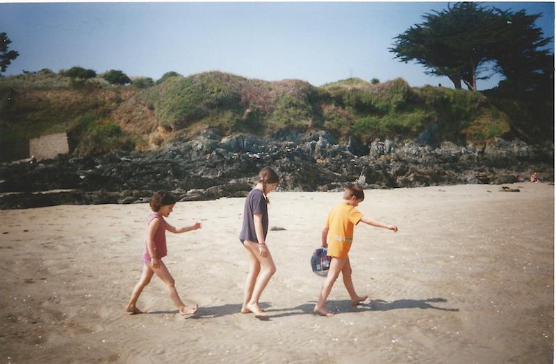 3 enfants à la plage